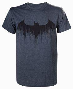 Camiseta The Batman logo. Batman: Arkham Knight Bonita camiseta fabricada 100% en algodón oficial y licenciada con motivos gráficos del exitoso videojuego Batman: Arkham Knight. Una prenda que sienta estupenda una vez puesta y que es perfecta para lucirla.