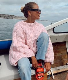 I'm obsessed with this oversized pink sweater work with relaxed jeans and chunky sandals - such cool fall style inspiration Mode Outfits, Winter Outfits, Casual Outfits, Fashion Outfits, Fashion Trends, School Outfits, Fashion Tips, Spring Outfits, Mode Ootd