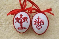 Hier biete ich Ihnen ein sehr schönes handbesticktes Osterei zum Aufhängen an. Das Ei ist beidseitig mit dem gleichen Motiv bestickt und mit Schleife und Schlingenborte verziert. Damit kann man... Crochet Placemats, Easter Religious, Easter Cross, Cross Stitch Bird, Blackwork, Easter Eggs, Hand Embroidery, Diy And Crafts, Christmas Ornaments