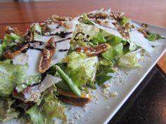 Σαλάτα πράσινη με καλαματιανά ξερά σύκα,λιαστή και παρμεζάνα
