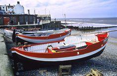 Bateaux de pêche au repos sur la plage de galets sur la côte du Norfolk oriental.    Grande photo sur toile avec mon image.    Cette toile est
