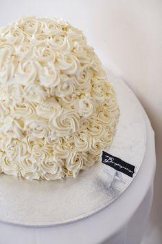 Simpel bryllupskage med rose-swirls i frosting. Wedding cake DYI Fotos af Tinaliv.com