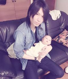 Akiya (Belle) & his niece-He's so handsome w/o makeup