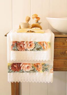 Toalhas com Motivos Florais via @AcrilexBrasil Hand Towels, Tea Towels, Home Crafts, Diy Home Decor, Towel Embroidery, Decorative Towels, Paper Flower Backdrop, Flour Sack Towels, Sewing Appliques