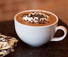 taza de chocolate caliente con chispas y crema batida - bebidas de chocolate caliente