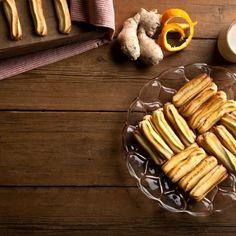 Κουλουράκια πασχαλινά με άρωμα πορτοκάλι και τζίντζερ / Easter cookies with orange and ginger. Φέτος το Πάσχα δοκιμάστε αυτά τα υπέροχα και γευστικά κουλουράκια με άρωμα πορτοκάλι και τζίντζερ! #greekrecipes #greekfood #greekfoodrecipes #cookiesrecipe #easterrecipes #greek #greece #sintagespareas #συνταγές #πασχα #ελλάδα Biscuit Cookies, Sausage, Biscuits, Meat, Recipes, Food, Crack Crackers, Cookies, Eten