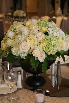 Flores Hortensias en Copa con Rosas Blancas