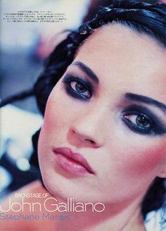 Kate Moss backstage at John Galliano, Make-up by Stephane Marais. 90s Makeup, Retro Makeup, Hair Makeup, Costume Makeup, 90s Models, Fashion Models, Jhon Galliano, Miss Moss, Vogue Covers