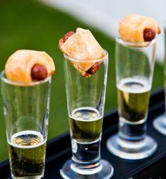 aperitivo de salchicas mini con un chipito de cerveza