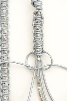 Veja sobre braceletes de macramé e entremeios criativos. Mais