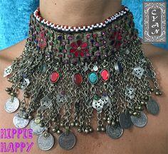 Adorna tu cuello con este collar artesanal que han sido diseñado con un original estilo para que se convierta en el complemento ideal con el que adornar cualquier look. Lleno de detalles, cuentas, monedas, pedrería... hará que todas las miradas se vuelvan hacia ti. No te quedes con las ganas de lucirlo y mándanos un mensaje si quieres saber más sobre ellos.  #modamujer #Cyan #étnico  #hindú #India #Pakistán #HippieHappy #exclusiva #artesanía #collares