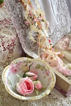 Shabby Chic Pink Rose Bowl with Roses, Beautiful Lace Rosa Shabby Chic, Cottage Shabby Chic, Shabby Chic Mode, Style Shabby Chic, Shabby Chic Vintage, Romantic Cottage, Romantic Roses, Rose Cottage, Vintage Lace