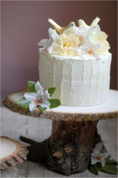 Love the cake stand.