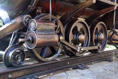 Мангал «Паровозик» (вид на колеса) Bbq Smoker Trailer, Welding Art, Steam Engine, Steam Locomotive, Wagon Wheels, Modeling, Projects, Wine Bottle Holders, Wine Decanter