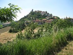 #Peglio, scorta della vallata superiore del Metauro, sorge sopra un poderoso masso di gessite in un contesto paesaggistico collinare, su un balcone di 534 m s.l.m. che guarda le serrate catene montuose.