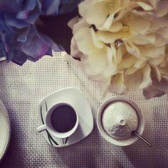 Un caffè solo, solo un caffè... #buongiorno ,#coffee #coffeelovers #caffeina #chiacchiereacolazione #colazioneitaliana #breackfast #minimug #caffenero #claraluna #ortensiabianca #ortensiablu #ortensia #infinity_coffeebreak #coffebreak #gooditaly #goodmorning #buenas #bonjour #instafollow #instafood #photos #ig_italia