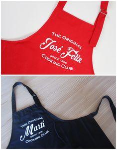 El delantal Cooking Club suele triunfar en color rojo, pero hay que reconocer que en azul marino es muy elegante. Este es uno de los delantales de cocina personalizados que más os gustan, y a nosotros también. Va con nombre y año de nacimiento.