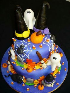 Check Out 20 Halloween Cake Ideas To Try Right Now. Halloween is one of the best times to put your spooky and creative side to work. Halloween Torte, Pasteles Halloween, Dulces Halloween, Bolo Halloween, Halloween Birthday Cakes, Dessert Halloween, Halloween Treats, Halloween Carnival, Cake Birthday