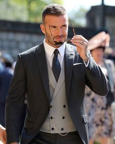 David & Victoria Beckham Attend Their Second Royal Wedding!: Photo David Beckham and Victoria Beckham are one stylish couple while arriving for the Royal Wedding at St. George's Chapel at Windsor Castle on Saturday morning (May… David Beckham Terno, Estilo David Beckham, David Beckham Style, David Beckham Wedding, Mens Fashion Suits, Mens Suits, 90s Fashion, Groom Fashion, Street Fashion