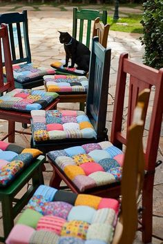 If you need to recover dining chairs or stools, or even make cushions for hard chairs and outdoor furniture, these patchwork seat cushions are wonderful. Bubble Quilt, Sewing Crafts, Sewing Projects, Diy Projects, Manta Quilt, Puff Quilt, Sewing Pillows, Chair Covers, Seat Covers
