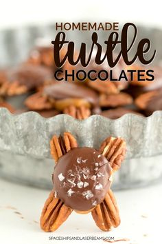 Turtle candy chocolates are a classic Christmas candy - and they taste even better when they're homemade! I'm obsessed with this amazing homemade turtle candy. They are so quick and easy to make and you'll Best Christmas Cookies, Christmas Party Food, Christmas Candy, Christmas Desserts, Christmas Treats, Peppermint Meringues, Homemade Peppermint Patties, Peppermint Fudge, Homemade Toffee