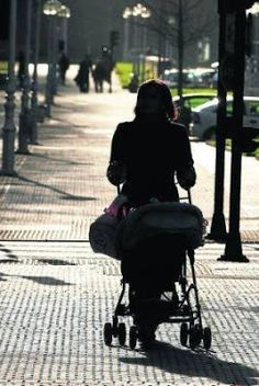 La caída de las adopciones empuja a las familias hacia la maternidad subrogada. Los procesos internacionales han descendido un 60% en los tres últimos años. EFE | Noticias de Gipuzkoa, 2017-03-06 http://www.noticiasdegipuzkoa.com/2017/03/06/sociedad/la-caida-de-las-adopciones-empuja-a-las-familias-hacia-la-maternidad-subrogada