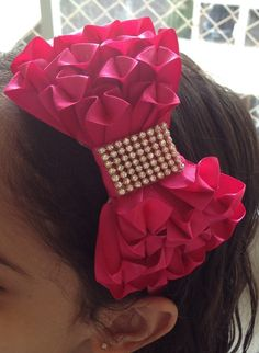 Tiara de cetim com laço luxo grande. Tamanho aproximado do laço 12 cm. Kanzashi Tutorial, Bow Tutorial, Fabric Flower Headbands, Baby Headbands, Fabric Flowers, Ribbon Crafts, Ribbon Bows, Headband Hairstyles, Pretty Hairstyles