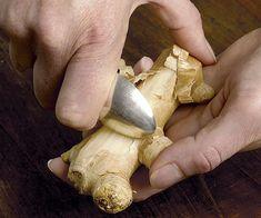 Il modo più semplice per grattugiare lo zenzero? Poiché questa pianta può avere una consistenza densa e fibrosa, grattugiarla può essere un'operazione complicata. Ponete per un attimo il coltello sul tavolo e munitevi di un semplice cucchiaio