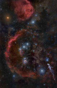 Uma fotografia magnífica da constelação de Orion, com Betelgeuse brilhante no…