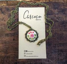 Camafeo bordado flor rosada diseño @chicoca_deco #camafeo #bordado #flor #collar Deco, Collar, Pendant Necklace, Jewelry, Fashion, Pink Blossom, Needlepoint, Moda, Jewlery