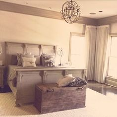 banquette bout de lit en bois dans la chambre a coucher