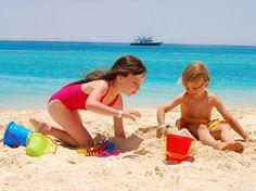 Saiba como divertir os filhos na praia durante as férias    Brincadeiras lúdicas garantem diversão e boas risadas com as crianças durante as férias.