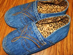 Recycled denim slippers - love the idea of creating a pair from some outgrown jeans!Recycled denim shoes Recycled Upcycled denim old jeans DIYRecycled denim shoes - pinning for inspiration only. No pattern or idei de refolosire a blug Jean Crafts, Denim Crafts, Upcycled Crafts, Diy Jeans, Jean Diy, Denim Ideas, Denim Shoes, Denim Purse, Diy Clothing