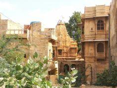 Jaisalmer è una delle città del Rajasthan che più amo. Anche qui ci sono bellissime Haveli e templi giainisti ma il fascino della città dorata sta nei suoi mille vicoli. Qui, la vita di tutti i giorni regala splendide istantanee da catturare con gli occhi e con il cuore.👉 Visita il sito www.susindia.it ⭐ #india #travel #travelbloggers #tourism #turismo #vacanza #blogger #instatravel #igersindia #picoftheday #travelphotography #visitindia #viaggi #viaggiareinindia Ph. Susanna Di Cosimo ©