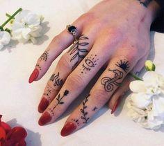 Small tattoos, red ink tattoos, body art tattoos, tattoo finger, simple f. Cute Girl Tattoos, Pretty Tattoos, Mini Tattoos, Small Tattoos, New Tattoos, Awesome Tattoos, Finger Tattoo For Women, Hand Tattoos For Women, Meaningful Tattoos For Women
