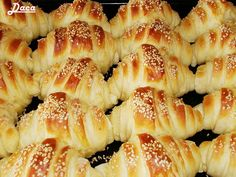 Την συνταγή αυτή την έχω πάρει από την αδερφή μου Daca. Υπέροχα και νόστιμα σπιτικά κρουασάν στα οποία κανένας δεν μπορεί να αντισταθεί :)... Serbian Recipes, Greek Recipes, Sausage Roll Pastry, Kiflice Recipe, Greek Pastries, Bread Dough Recipe, Sweet Breakfast, Homemade Cakes, Brunch Recipes