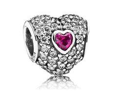 Pandora bedel 'Drie rood ingelegde harten' 791168SRU. Deze stijlvolle zilveren bedel met zirkonia rond een hart van een synthetische robijn is een prachtige belichaming van de liefde. De perfecte Pandorabedel voor een romantische armband of als cadeau voor je vriendin.