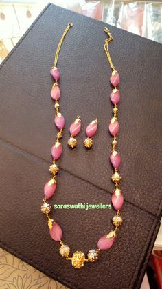 Beaded Jewelry Designs, Gold Earrings Designs, Gold Jewellery Design, Bead Jewellery, Jewelry Patterns, Necklace Designs, Gold Jewelry Simple, Coral Jewelry, Fashion Jewelry