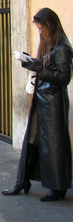 Leather Coat Daydreams: She was dark, sleek, and beautiful Long Leather Coat, Leather Trench Coat, Leather Gloves, Black Leather, Trent Coat, Trench Coat Style, Pvc Coat, Textiles, Coats For Women