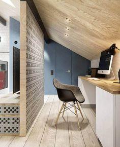 coin bureau sous les combles avec plafond en bois, chaise Eames et revêtement de sol en bois