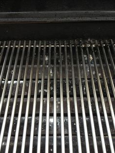 How to clean the bbq grill in a snap - B+C Guides How To Grill Steak, Bbq Grill, Grilling, Natural Cleaning Solutions, Natural Cleaning Products, Cleaning Day, Cleaning Hacks, Clean Grill Grates, How To Clean Bbq