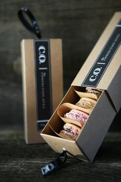 Love this idea for packaging french macaron. Creative packaging Love this idea for packaging french macaron. Macaron Packaging, Packaging Box, Dessert Packaging, Bakery Packaging, Food Packaging Design, Pretty Packaging, Packaging Design Inspiration, Brand Packaging, Packaging For Cookies