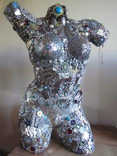 Dit is mijn tweede buste gemaakt van gebruikte sieraden. Creatie van Ina Hols, Almere www.mozina.nl