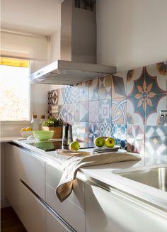 00449672 Ob. Detalle de cocina con frente de baldosas hidráulicas. 00449672 Ob