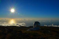 El atardecer en el Roque de los Muchachos, con las cúpulas de sus telescopios brillando al sol