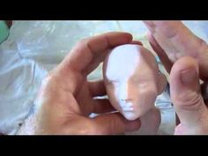 Guilherme Pires modelando cabeça de menina   Sculpting faces using cold porcelain