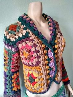 Casaqueto squares Anastácia By Mulher Rendeira Crochet Bolero, Crochet Jumper, Crochet Coat, Crochet Cardigan Pattern, Granny Square Crochet Pattern, Crochet Jacket, Freeform Crochet, Crochet Squares, Crochet Granny
