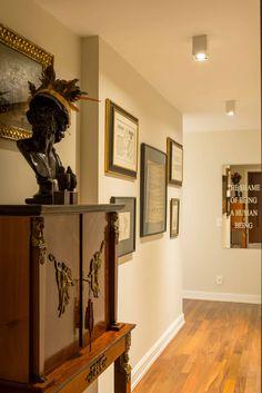 Decoração de apartamento na cidade. No corredor banco, escultura, quadro e arte.  #decoração #decor #apartamento #casadevalentina