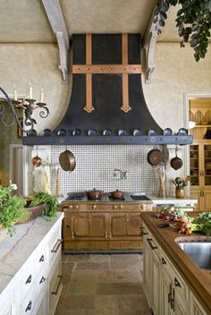 Traditional country kitchens are a design option that is often referred to as being timeless. Over the years, many people have found a traditional country kitchen design is just what they desire so they feel more at home in their kitchen. Country Kitchen, New Kitchen, Rustic Kitchen, Kitchen Black, Kitchen Ideas, French Kitchen Decor, Kitchen Designs, Kitchen Interior, Classic Kitchen