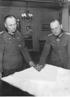 ■ Mariscales Rommel y von Rundstedt reunidos estudiando un mapa (censurada dicha imágen) - 1944.